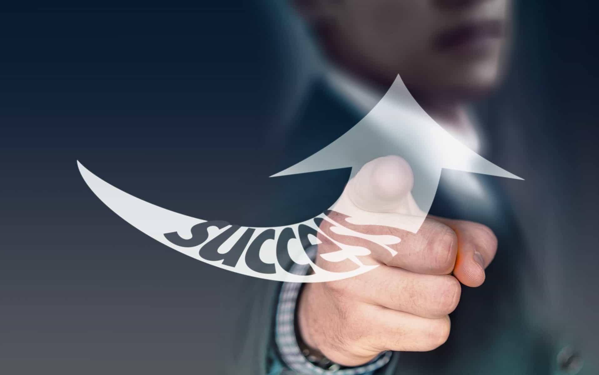 Männerhand zeigt mit dem Zeigefinger auf den Betrachter, ein gezeichneter Pfeil mit Success beschriftet zeigt nach oben